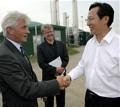 Der Vorstandsvorsitzende der HSE Albert Filbert (links) begrüßt den chinesischen Landwirtschaftsminister Changfu Han