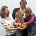 Projektpate Michael Steiner und Kindergartenleiterin Verena Nasemann freuen sich mit den Kindern über die Zuwendung der HSE