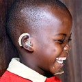 Die junge Mbaundja ist eine von vielen Kindern, denen mit gespendeten Hörgeräten aus Deutschland geholfen werden konnte.