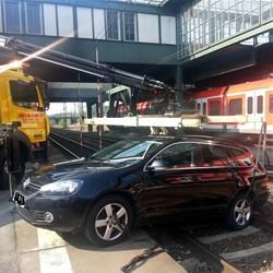 Fahrzeug in den Gleisen / Bild: Bundespolizeiinspektion Frankfurt/Main