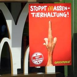Greenpeace-Aktivisten plakatieren McDonald's-Filiale in Darmstadt / Bild: Greenpeace Darmstadt