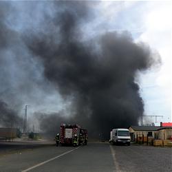 Brennende Eisenbahnschwellen am Güterbahnhof / Bild Feuerwehr Darmstadt