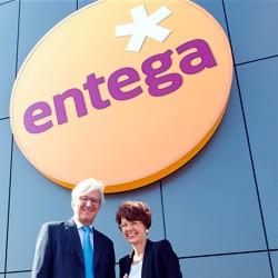 Stolz präsentieren OB Jochen Partsch und ENTEGA-Vorstandsvorsitzende Dr. Marie-Luise Wolff-Hertwig das neue Logo der ENTEGA AG  / Bild: ENTEGA AG