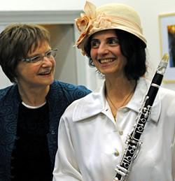 Jutta Schütz (links) mit Irith Gabriely. Foto © Mira Lingmann