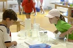 Spannende Experimente machen Geschichte und Chemie begreifbar - (Foto: two4science)