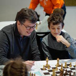 Bild:Großmeister Klaus Bischoff analysiert eine Partie beim DSAM-Turnier letzten Dezember in Dresden., Foto: DSB/Jachmann